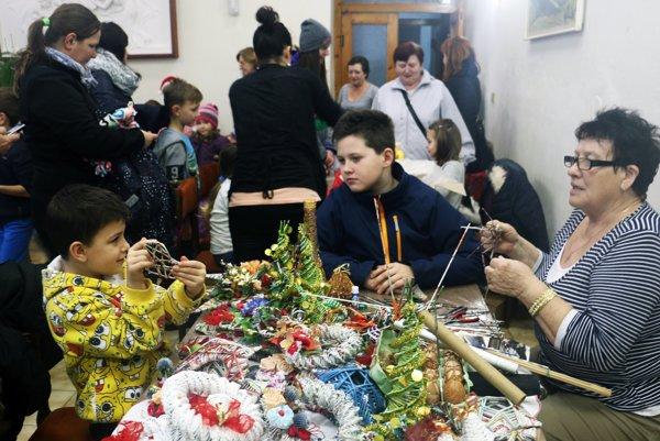 Tvorivé dielne, počas ktorých sa deti i dospelí mohli naučiť vyrábať vianočné ozdoby.