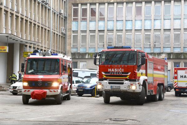 Zásah hasičov. Požiar uhasili pomerne rýchlo.