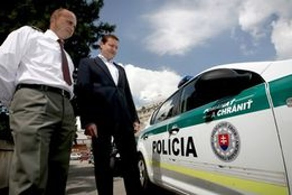 Minister Daniel Lipšic zmluvu na autá zastavil.