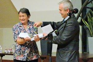 Knihu za prítomnosti Anny Lizákovej (vľavo) pokrstil starosta obce Brehy, Juraj Tencer. (vpravo)