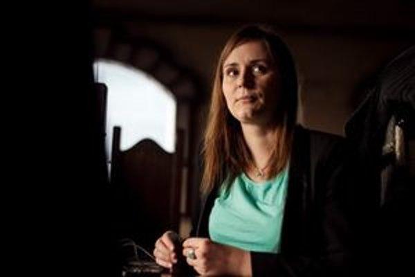Lucia Gallová má 26 rokov, pochádza z Revúcej. Na vysokej škole v Brne nedoštudovala odbor chémia. Začínala podnikaním s kozmetikou, dnes má živnosť na reklamnú a marketingovú činnosť. Vlani v apríli založila internetovú televíziu, ktorá sa venuje meditác