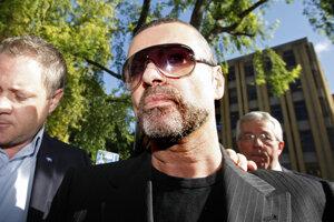 Britský spevák George Michael prichádzal 24. august 2010 na súd v severnom Londýne, kde má vypovedať v kauze jazdy pod vplyvom drog po tom, čo so svojím autom narazil do obchodu.