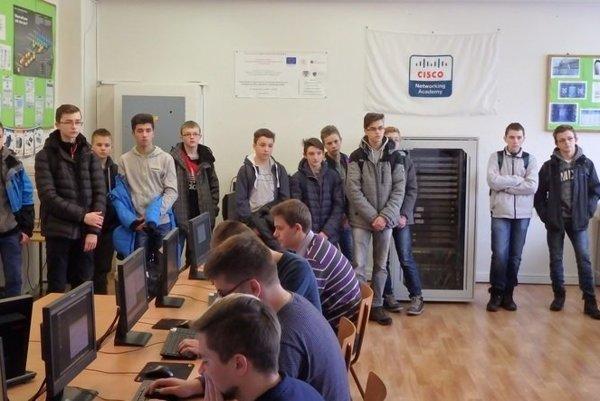 Možno budúci študenti si prišli pozrieť ako prebieha výučba v strednej škole v Kysuckom Novom Meste.