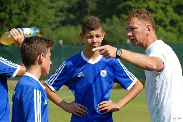 Tréner Štefan Kavuliak vysvetľuje taktiku svojim zverencom.