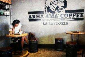 Lee Ayu otvoril v thajskom Chiang Mai dve kaviarne, v ktorých predáva kávu od horského kmeňa Akha.