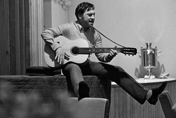 Vladimir Vysockij počas koncertu v divadle Na Taganke v roku 1968.