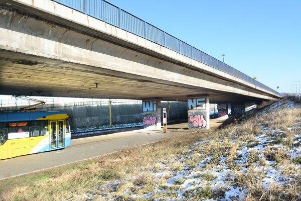 Most pri VSS. Všetky jeho piliere sú postriekané grafitami.