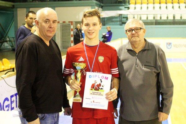 Víťazný pohár prevzal kapitán Nevidzian Richard Koprda z rúk predseda ObFZ Nitra Štefana Kormana a tajomníka FK Janíkovce Jozefa Dolinského.