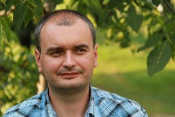 Narodil sa v roku 1975 v Lučenci. Vyštudoval Evanjelickú bohosloveckú fakultu Univerzity Komenského v Bratislave. Jeden rok študoval teológiu aj na univerzite v nemeckom Lipsku, mesiac tiež v nemeckom Rottenburgu strávil na kurze o práci s mentálne hendik