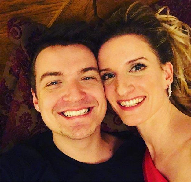 """Zaľúbenci. Adela Banášová a Viktor Vincze z tatranského hotela odkazujú: """"Majte ten najkrajší rok! Jašte sa, usmievajte a milujte... nám dvom to každý deň vychádza!"""""""
