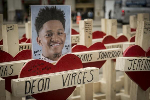 Každý kríž symbolizuje obeť násilia.