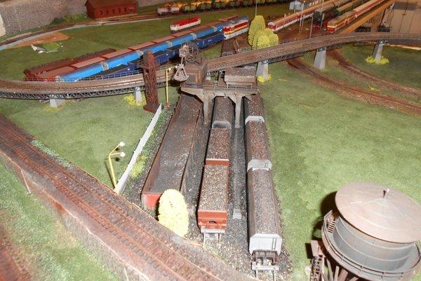 Model železnice Peter Makovec buduje tak, aby čo najviac zodpovedal realite.