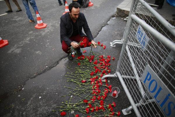 Ozbrojený útočník zabil 39 ľudí.