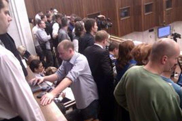 Slovenské hlasovanie o eurovale je v centre pozornosti politikov i médií.