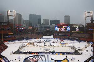 Dážď a hmla. Tak to vyzeralo v St. Louis pred začiatkom zápasu.
