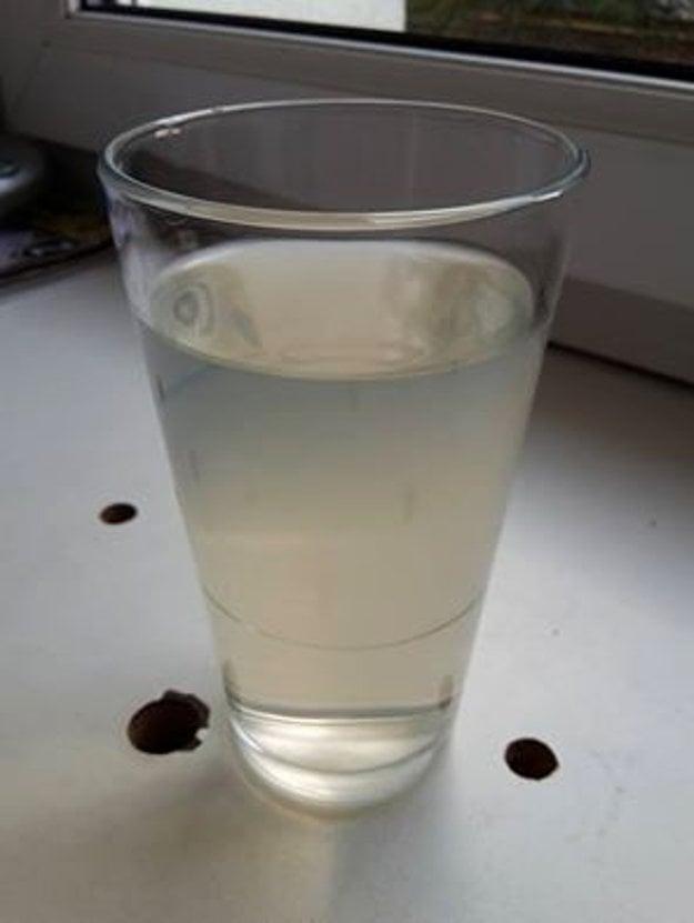 Žltá až hnedá. Taká je pitná voda vždy po výdatnejšom daždi. Miestni Ľudia žiadajú riešenie problému.