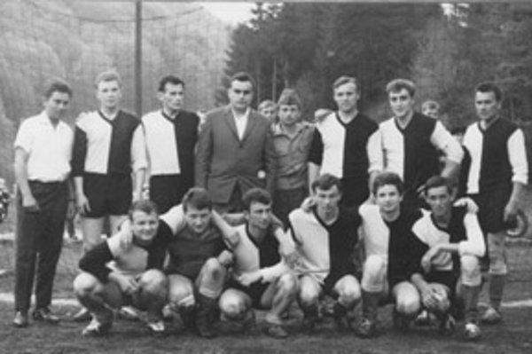 Liešťanci po zápase s Čavojom v sezóne 1963/64.