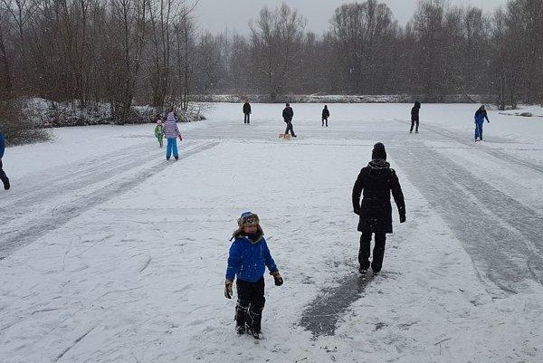 Využívajú počasie a zamrznuté jazero.