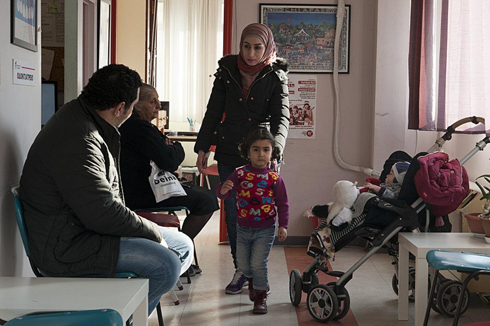 Sýrska rodina prišla na kliniku po druhýkrát. Nielen pre žiadateľov o azyl, aj pre mnohých Grékov tu poskytujú najdostupnejšiu zdravotnú starostlivosť.