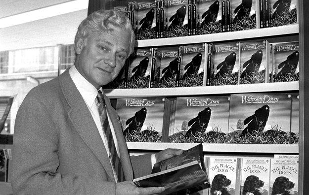 Richard Adams so svojimi knihami.