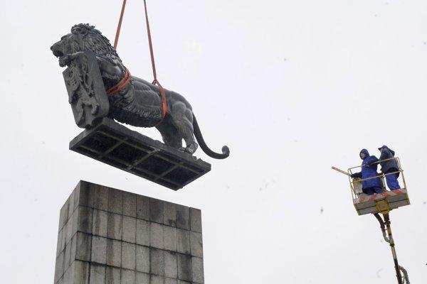 Práce na premiestnení Pamätníka Československej štátnosti, sochy leva so štátnym znakom Československej republiky, začali pracovníci bratislavského Doprastavu 23. februára 2009 v Bratislave na Vajanského nábreží.