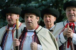 Folklórna skupina Hájiček počas vystúpenia pri pamätníku Gašpara Drozda.