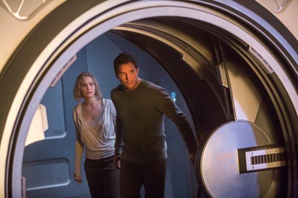 Jennifer Lawrence a Chris Pratt hrajú princa a princeznú v celkom slabom scifi Pasažieri.