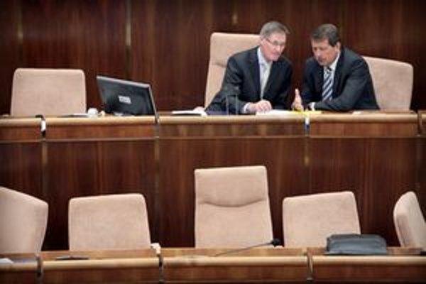 Pavol Hrušovský je obľúbencom opozičných poslancov. Na zábere hovorí s jeho nástupcom vo funkcii predsedu Národnej rady Pavlom Paškom zo Smeru.