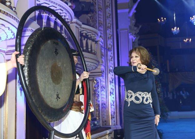 Plesovú sezónu otvoril gong. Túto čestnú úlohu zverili organizátori herečke Emílii Vášáryovej, ktorá sa ho chopila s noblesou.