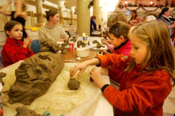 Tvorivé dielne pre prázdninujúce deti organizujú aj v auguste Regionálne kultúrne centrum a Hornonitrianske múzeum.
