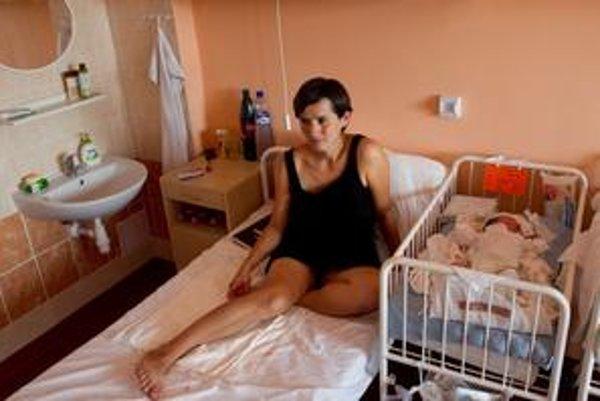 Rodičky sa v obstarožnej nemocnici na Kramároch paria, novorodenci nespia.