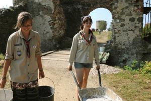 Pri oprave Šarišského hradu pomohli minulý rok skauti.