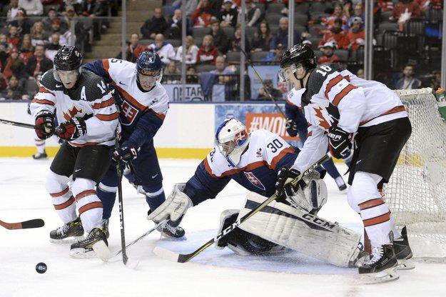 Michal Roman (druhý zľava) si takto plnil defenzívne úlohy vzápase proti Kanade.
