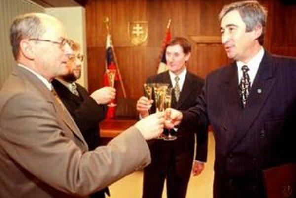 Novozvolený podpredseda Najvyššieho súdu SR JUDr. Juraj Majchrák si 1. decembra 1999 v Bratislave z rúk podpredsedu Národnej Rady SR Pavla Hrušovského prevzal menovací dekrét.