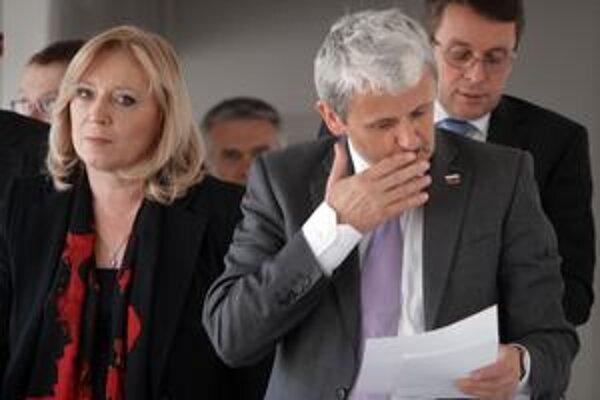 Rozhovor medzi Ivetou Radičovou, Mikulášom Dzurindom a Ivanom Miklošom trval viac ako jeden a pol hodiny. Jeho výsledok, ktorým je ústupok premiérky, prišiel oznámiť len predseda SDKÚ Dzurinda.