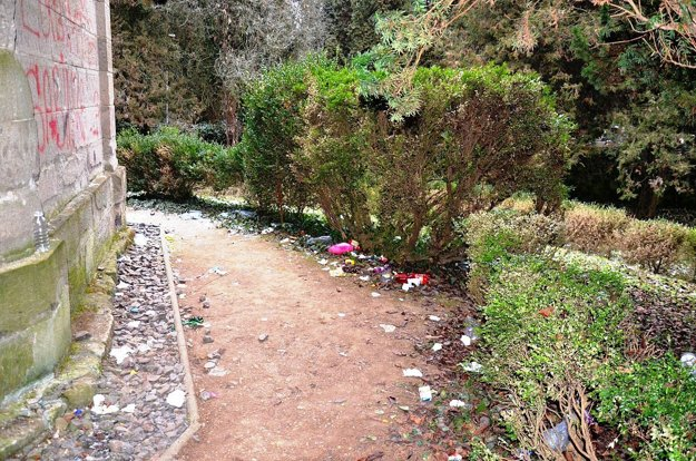 Odpadky sa váľajú priamo pri hrobke grófskej rodiny Migazziovcov.