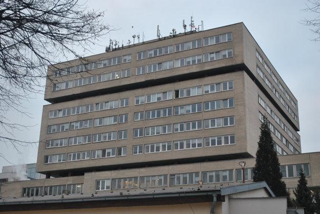 Nemocnica stále má ešte aj staré okná.