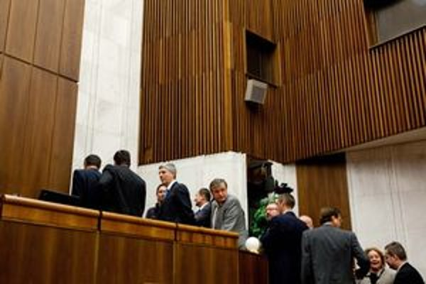 Poslanci pri tajnej voľbe generálneho prokurátora, ktorá napokon nebola tajná.