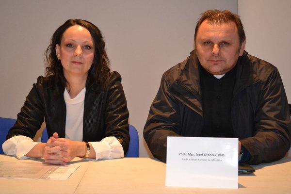 Na projekte medzi Slovenskom a Ukrajinou. Manažérka projektu Brigita Tivadarová a dekan farnosti Jozef Dronzek.