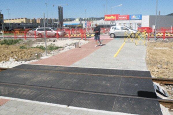 Chodci a cyklisti už prejdú pohodlne a bezpečne cez koľaje aj cestu.