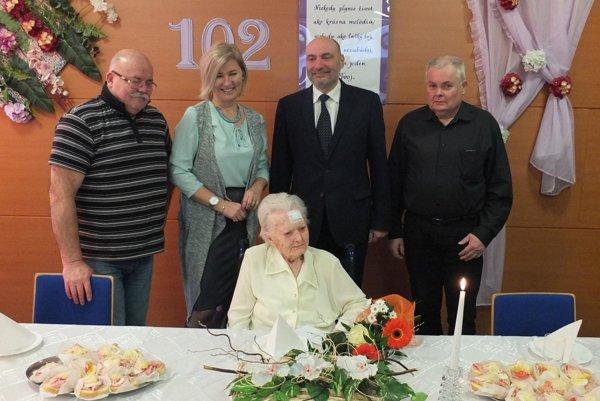 Oslávenkyňa s gratulantmi.