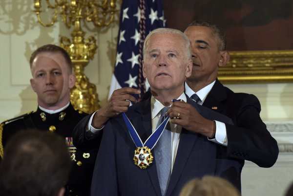 Obama udelil Bidenovi Prezidentskú medailu slobody.