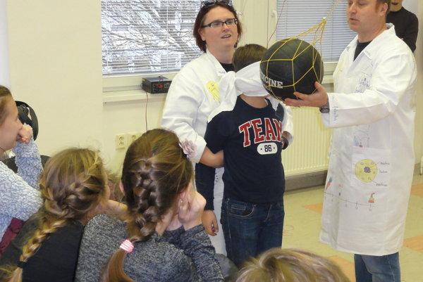 Rozbije lopta chlapcovi hlavu? Alebo ho zachráni fyzika?