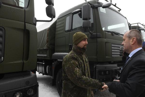 Minister obrany SR Peter Gajdoš zdraví vodiča počas prehliadky nových vojenských vozidiel.