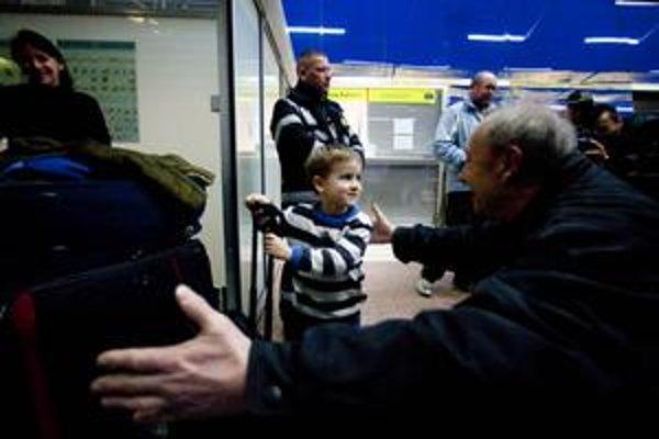 Na letisku čakali viacerí starí rodičia, prileteli aj malé deti.