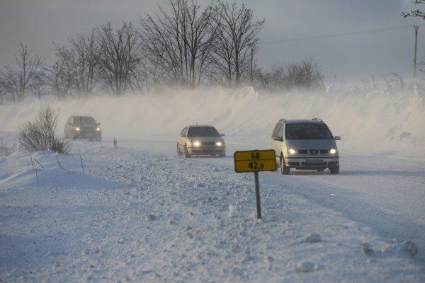 Na mnohých cestách pokrýva vozovku ujazdený sneh.