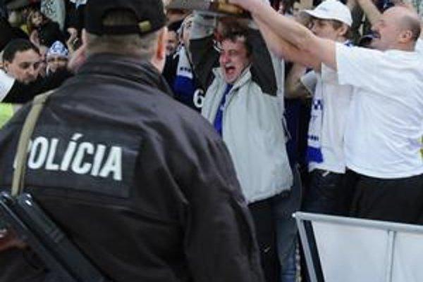 So samopalmi boli policajti aj na finále volejbalového pohára.
