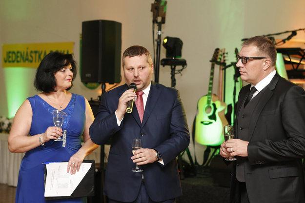 Zľava: Ivana Strelcová, moderátorka večera, Igor Krško, predseda ObFZ Žilina a Ján Kováčik, prezident SFZ.
