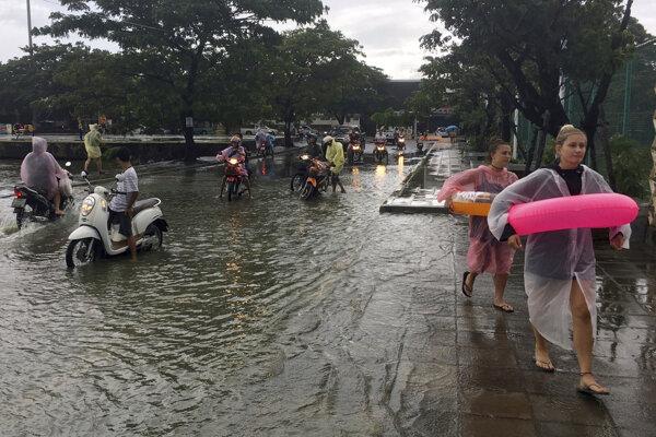 Thajsko sužujú mimoriadne silné dažde, ktoré spôsobili rozsiahle záplavy.