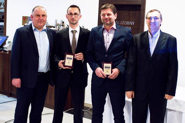 Zľava predseda ZsFZ Pavol Šípoš, najlepší asistent rozhodcu Martin Jančok, najlepší rozhodca Marián Otiepka a predseda Komisie rozhodcov ZsFZ Ján Franek.